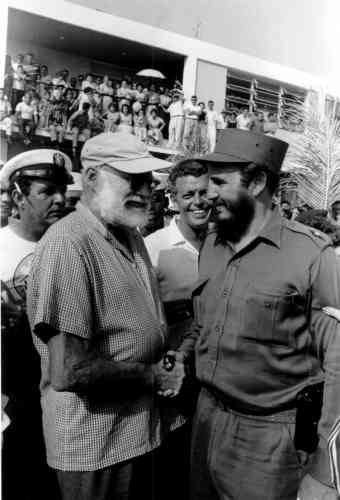 Hemingway, dont la première visite à Cuba date de 1932, vit à La Havanede manière épisodique des années 1930 à 1960. Passionné de pêche à l'espadon, l'auteur y organise dans les années 1950 un tournoi annuel de pêche au gros. A cette occasion, en mai 1960, le Prix Nobel de littérature rencontre Castro, qui « remporte » le tournoi.