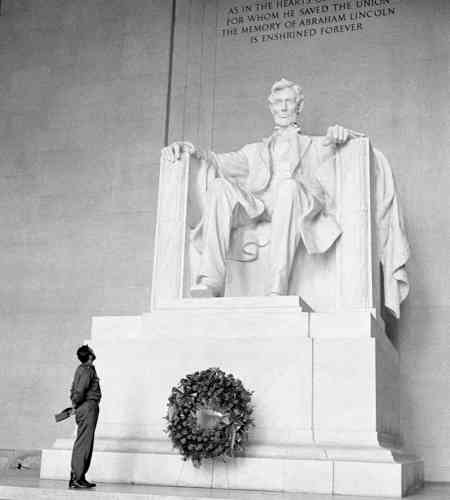 Invité par l'American Society of Newspaper Editors, Fidel Castro effectue une visite aux Etats-Unis, en avril 1959. Le président Eisenhower ne le reçoit pas, mais Castro rencontre le vice-président, Richard Nixon. Castro dépose une couronne de fleur devant le Lincoln Memorial, pour marquer son admiration pour le 16e président des Etats-Unis.