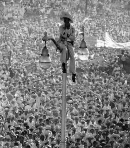 Six moisaprès l'arrivée au pouvoir de Castro, le 26 juillet – anniversaire de l'attaque de la caserne militaire de la Moncada en 1953 – est proclamé fête nationale. Avant le discours de Castro, Korda saisit ce « penseur » hissé sur un réverbère.