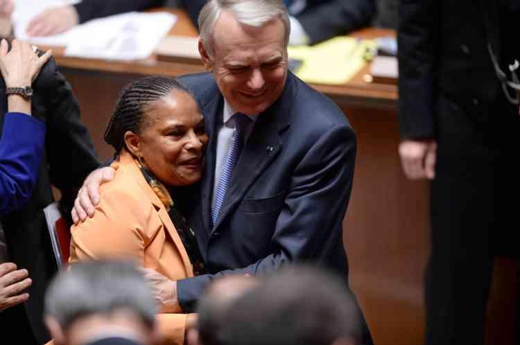 Le 23 avril 2013. La garde des sceaux, Christiane Taubira, et le premier ministre, Jean-Marc Ayrault, se felicitent de l'adoption de la loi sur le mariage homosexuel à l'Assemblée nationale.