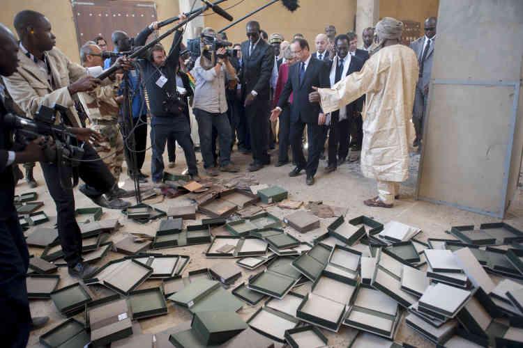 Le 2 février 2013 au Mali. François Hollande constate la destruction d'anciens manuscrits par les islamistes peu de temps avant la libération de Tombouctou par les forces maliennes et françaises dans la bibliothèque de l'Institut des hautes études et de recherches islamiques.