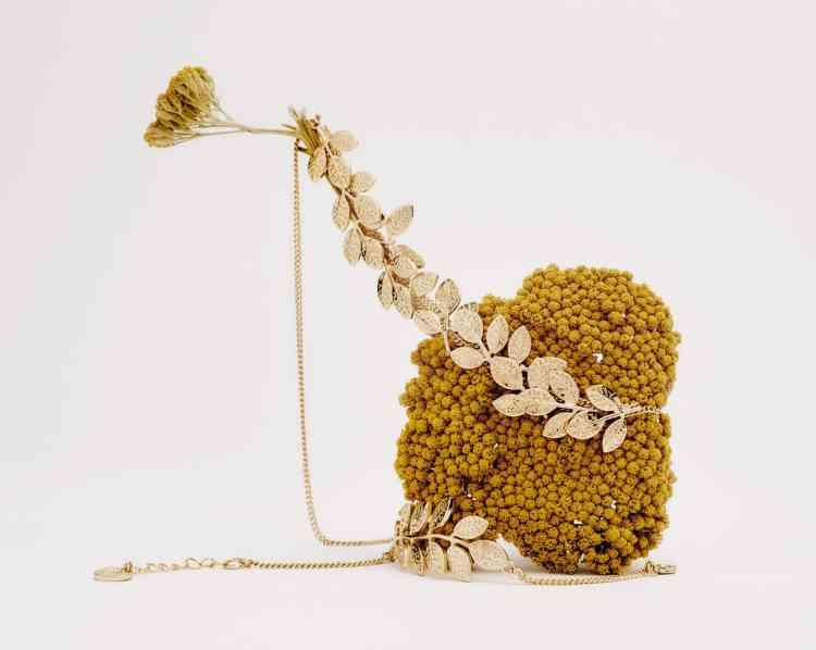 Collier et bracelet en métal or, 69 €, Comptoir des Cotonniers.