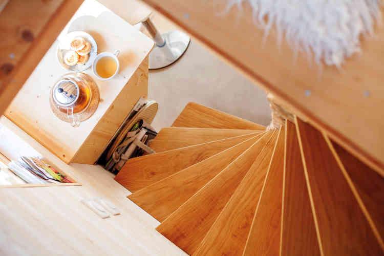 L'escalier en chêne, qui donne un aspect de vraie maison, est facile à monter et à descendre -un point très important pour Marie-Jeanne qui entre dans un âge où la souplesse se perd. Sur la mezzanine se trouve sa chambre, quelques rangements et un coin bureau.
