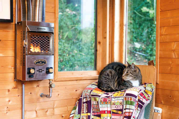 Le chauffage au gaz fonctionne de novembre à mars. Suivant ce qui est préparé en cuisine (donc la chaleur dégagée) et la durée de fonctionnement de l'ordinateur, ils ne mettent pas le chauffage en route. Il est en hauteur, ne prend donc pas de place au sol et n'est pas dangereux. La famille consomme deux petites bouteilles de gaz par an pour se chauffer.