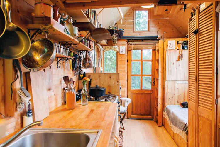 En septembre 2014, ils s'installent dans une «tiny house» de 10 mètres carrés au sol, dans la région de Liège, en Belgique. Un choix qui pousse le jeune couple un peu plus loin dans sa démarchede changement. Ils réfléchissent sans cesse surleur mode de vie : ce qu'ils peuvent acheter, combien de vêtements…