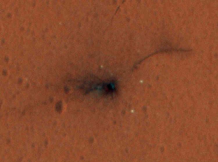 Avec la mission ExoMars, l'Europe et la Russie reviennent sur Mars. Une sonde, TGO, est partie le 14mars. Elle est en train de manœuvrer pour s'installer en orbite au-dessus de la Planète rouge et analyser notamment les gaz de son atmosphère à partir de 2017. Mais la seconde partie de la mission a connu moins de succès. Le 19octobre, le module atterrisseur Schiaparelli, largué par la sonde, s'est écrasé sur la planète après s'être débarrassé trop tôt de son parachute (photo). Le 2décembre, les Européens ont cependant voté un budget de 400millions d'euros pour la suite d'ExoMars, en2020. Est prévu un rover capable de forer sous la surface martienne en quête de traces de vie.
