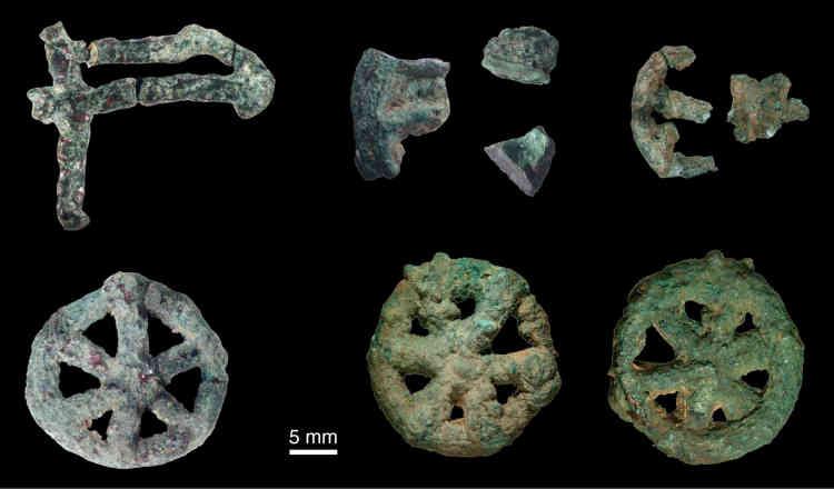 L'objet tourmentait les chercheurs depuis quinze ans. De quoi était donc faite cette rouelle trouvée sur le site de Mehrgarh, au Pakistan? Le synchrotron Soleil a permis de percer le mystère: c'était du cuivre pur auquel une fuite dans le moule avait joint de l'oxygène. Cette découverte permet de connaître précisément ce qui constitue le plus ancien témoignage (entre –4500 et –3600 av. JC) de fonte à la cire perdue, technique utilisée dans la statuaire grecque comme dans la métallurgie de précision actuelle.