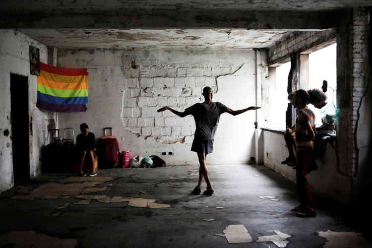 Des groupes de défense des droits de l'homme, dont Amnesty International, affirment que la violence homophobe est endémique au Brésil, où il y a eu 326 meurtres dans la communauté en 2014.