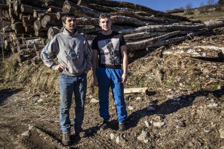 Bruno Chambon et son fils Ludovic devant les grumes de leur exploitation à Prévenchères, commune de Borée. M. Chambon, dont l'exploitation forestière est florissante, assure que «deux ou trois» familles de bûcherons pourraient venir s'installer à Borée.