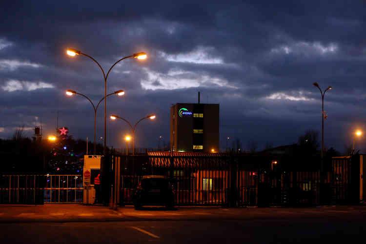 La nuit tombée, le site de Bure-Saudron de l'Andra se détache comme une enclave. L'agence y a créé 350 emplois, mais certains s'alarment de la «nucléarisation» de la région, où plusieurs projets sont en cours en Haute-Marne (blanchisserie industrielle pour vêtements radioactifs à Joinville, usine de conditionnement de déchets radioactifs à Gudmont, plate-forme de maintenance du parc nucléaire d'EDF à Saint-Dizier), ou en Meuse (laboratoire du CEA sur la métallurgie du futur à Bure).