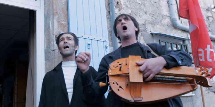 A Saint-Pont-de-Thomières, pas si paisible village de l'Herault, une bande de papys gauchistes, réunis autour d'un bureau de tabac, fait de l'agit-prop sur tous les fronts, au point d'avoir été soupçonné de terrorisme en 2009. Ce documentaire militant à la sauce humoristique leur rend hommage, dans une dramaturgie trop incertaine et éparpillée pour produire du cinéma.