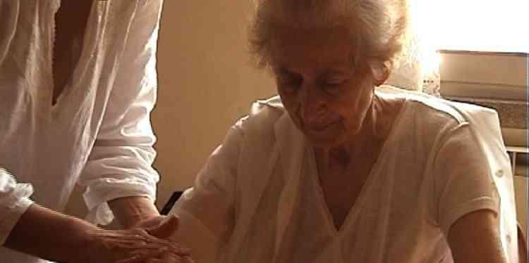 Judith Abitbol a filmé pendant huit ans dans un petit village d'Italieles dernières années de la vie d'Ede, durant lesquelles cette dernière a peu à peu, sous le regard de sa fille Paola, perdu ses repères, ses mots, jusqu'aux noms de ceux et celles qu'elle a le plus aimés.Comme il pourrait être impudique et sordide de filmer cela! On n'imagine pourtant rien de plus doux, de plus émouvant, de plus beau que ce«Vivere»assemblé dans l'antichambre de la mort, et dont le nom, pourtant, dit tout.