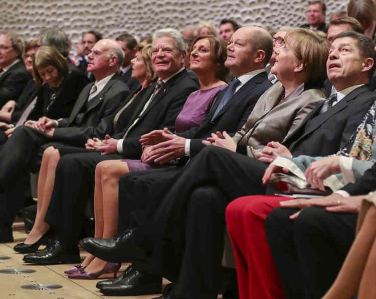 Près de 2100 personnes, dont la chancelière Angela Merkel, ont assisté au concert inaugural de trois heures donné sous haute sécurité.