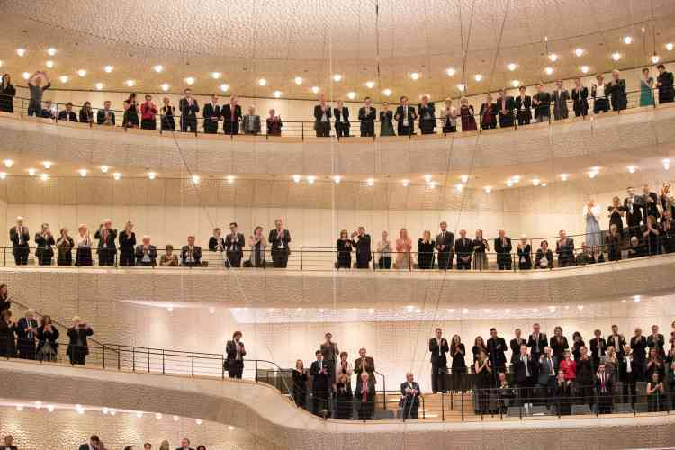 L'orchestre dirigé par Thomas Hengelbrock a été ovationné par le public.