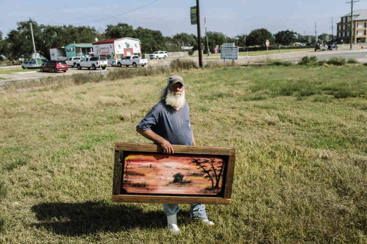 Scott «Critter»Wenzel, 55ans, vit à Cameron Parish depuis 1976. Marin-pêcheur, il a également travaillé comme matelot pour d'autres personnes. Après la chute des cours du poisson, il a été sans travail pendant des semaines et est actuellement sans abri. Il espère vendre aux passants quelques-uns des tableaux qu'il peint pendant son temps libre afin de gagner de l'argent.