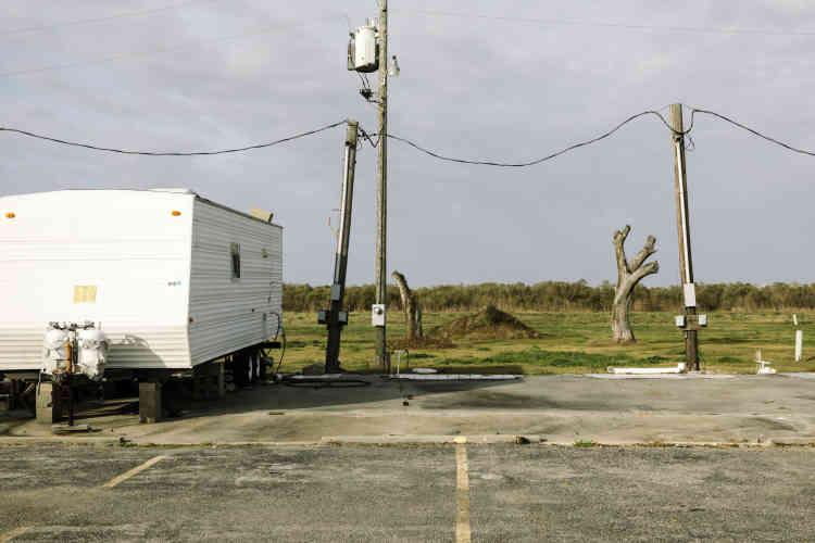 Aux abords d'un emplacement pour mobil-homesdans le centre-ville de Cameron Parish, la principale ville du comté, on peut encore voir des arbres endommagés par les tempêtes.