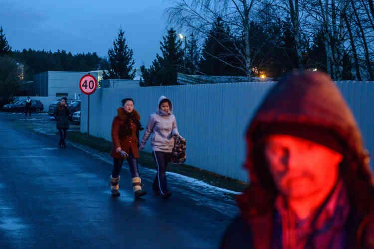 Pour photographier cette main-d'œuvre très discrète, le 12janvier, le photographe du «Monde» a disposé d'à peine une minute: le temps du trajet des Nord-Coréennes entre la sortie de l'usine et l'entrée de leur baraquement. Il a fallu ensuite quitter les lieux après l'intervention du vigile.