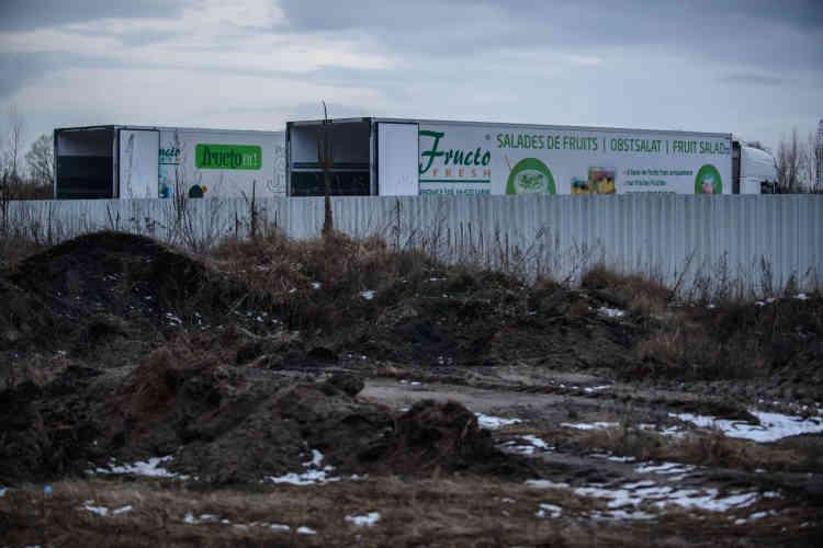 Cette filière nord-coréenne assure à Fructofresh un coût de la main-d'œuvre imbattable. L'entreprise créée en 2004, qui a réalisé un chiffre d'affaires de plus de 10millions d'euros en 2016, exporte ses produits par camion. Chaque jour à 16heures, les chauffeurs quittent l'usine en direction de l'Allemagne et de la France.