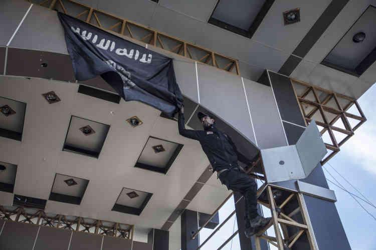 Les forces spéciales irakiennes arrachent le drapeau de l'Etat islamique à l'entrée de l'hôpital Ibn Al-Atheer.