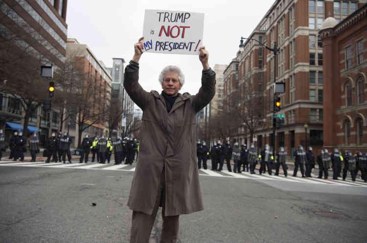 Sur la 12e Rue, un manifestant arbore une pancarte :« Trump n'est pas mon président.»