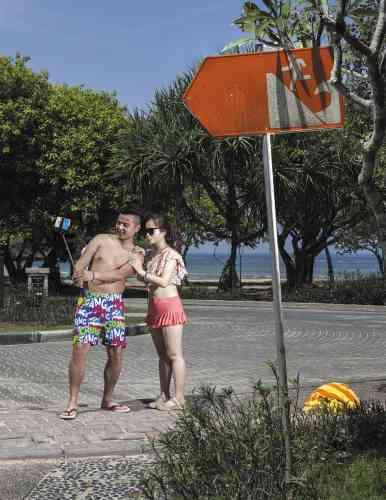 A Bali, des panneaux installés dans les zones touristiques indiquent le chemin à emprunter en cas de tsunami.