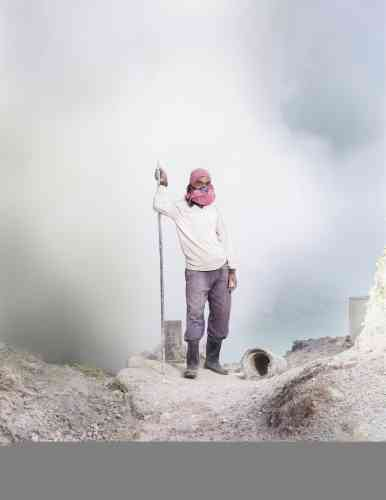 Le minerai de soufre, du cratère du volcan Ijen, dans l'est de Java, est extrait par des mineurs et vendu à des usines chimiques et pharmaceutiques.
