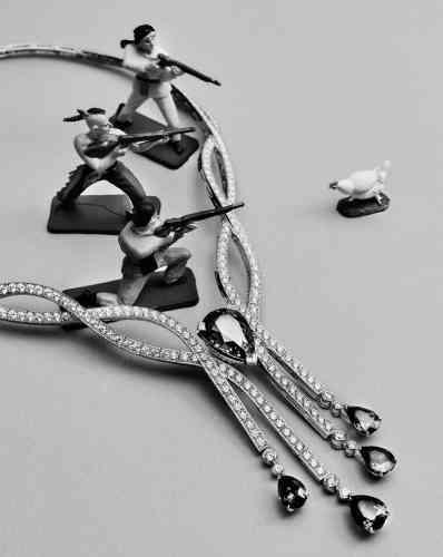 Collier collection Limelight rose, en or gris, diamants et saphirs, Piaget.