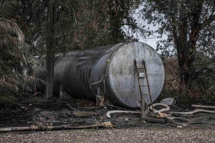 A côté du laboratoire de fabrication, une citerne contient, selon les forces spéciales irakiennes, du gaz moutarde.