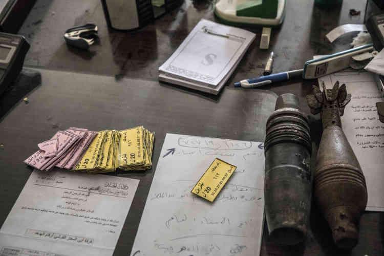 Dans une maison particulière du quartier Mohandessine, les forces spéciales irakiennes ont découvert des bureaux administratifs de l'EI. Ici, des tickets de rationnement alimentaire posés sur des documents siglés EI.