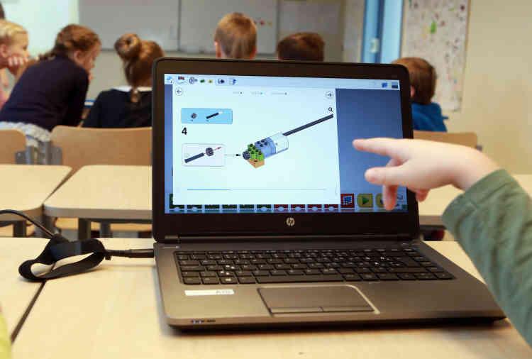 Un schéma en lego permettant aux élèves l'apprentissage de la robotique. L'école fournit des ordinateurs aux élèves. Dès le collège, beaucoup travaillent sur leur propre portable ou tablette.