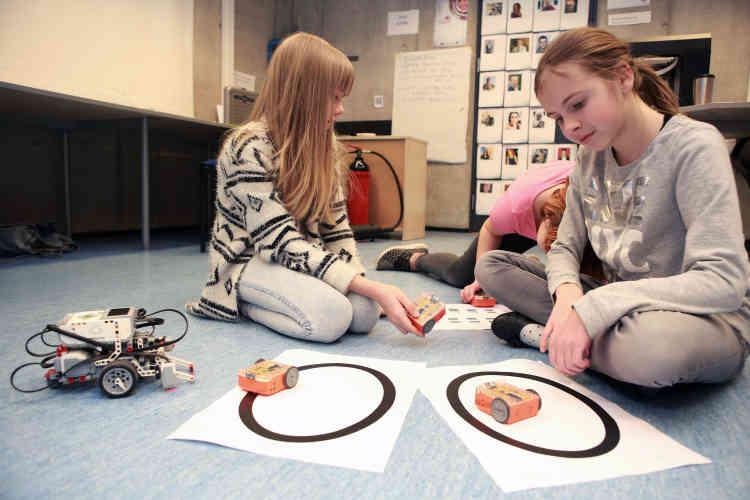 En rendant l'apprentissage des nouvelles technologies ludiques, l'école espère également convaincre les filles de suivre des filières scientifiques à l'université, où elles restent plus rares.
