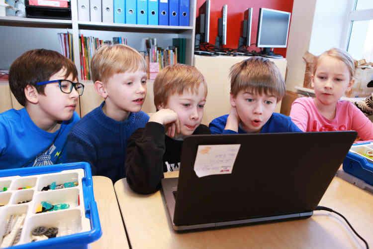 Cours de robotique. Les élèves s'appuient sur un schéma à l'écran pour assembler des connections.Au début des années 2000, les primaires apprenaient les rudiments du code informatique. Désormais, les professeurs leur enseignent également comment programmer des robots.
