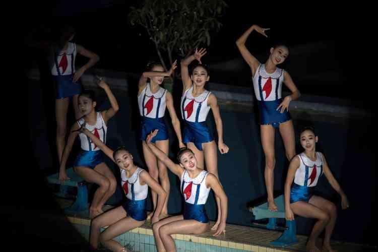 Des jeunes nageuses posent à Pyongyang, le 15 février.