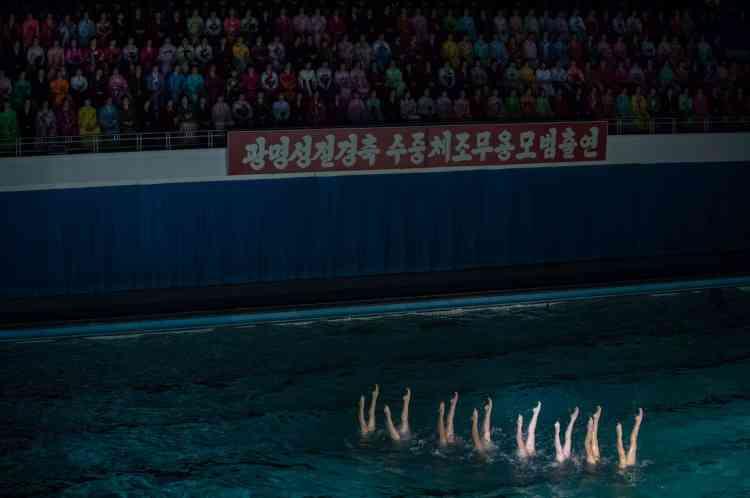 «Protégeons avec nos vies le comité central du Parti dirigé par le leader suprême respecté, le camarade Kim Jong-un», proclame la bannière suspendue au-dessus du bassin lors du gala de natation synchronisée, précise l'AFP.