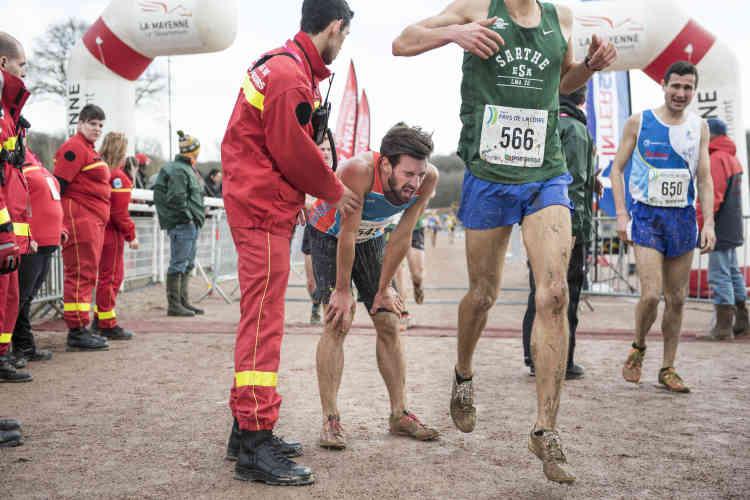 Une fois la ligne d'arrivée franchie, les secouristes veillent à ce que les athlètes récupèrent de leur effort dans les meilleures conditions.