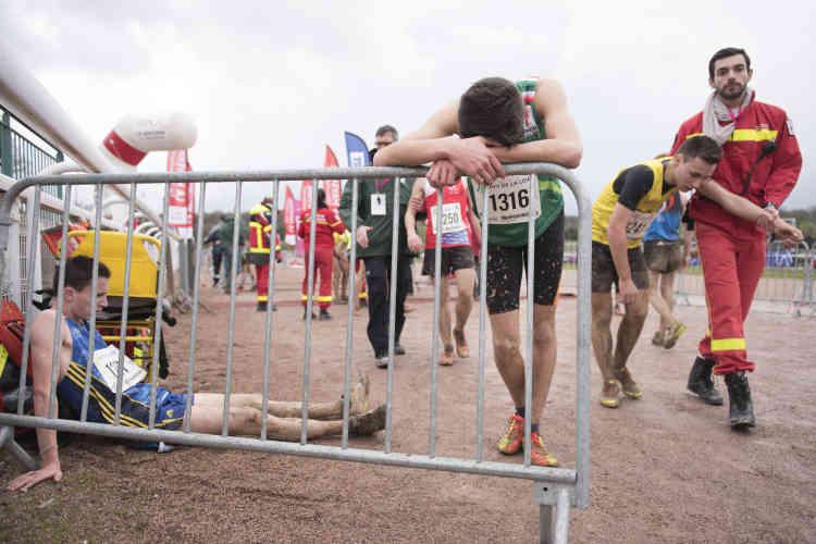 La violence de l'effort demandé par la course ne laisse aucun athlète indifférent. Les barrières de la ligne d'arrivée sont placées pour aider les coureurs à récupérer.