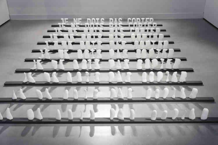 """«L'installation met en scène l'érosion et les mutations à l'œuvre au fil des impressions 3D des 17caractères typographiques formant les mots : """"JE NE DOIS PAS COPIER.""""» Cette pièce souligne l'un des paradoxes de notre culture numérique: la reproductibilité infinie des informations s'accompagne d'une fragilité maximale des supports.»"""