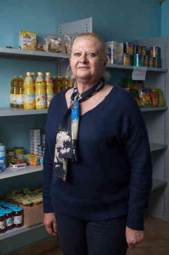 Laurence Rédon gère l'épicerie sociale Du bleu dans le gris à Bugeat. Les murs de ont d'ailleurs été repeints dans cette couleur afin de redonner de l'espoir aux personnes précarisées qui la fréquentent. Retraitée et habitant le village avec son mari, Michel, elle est aussi paroissienne et s'implique dans la préparation de l'accueil de la famille soudanaise.