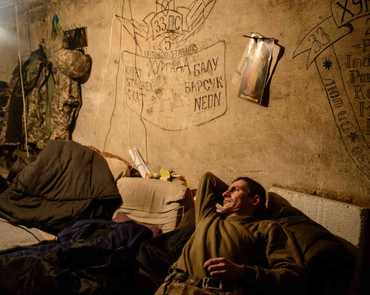Un soldat ukrainien dans un abris de la base militaire aérienne Zenit, devenue l'une des positions du 72erégiment de l'armée sur la première ligne de front.