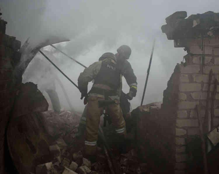 Les pompiers tentent d'éteindrel'incendie de la maison de Loudmila Koudelia, 69ans, totalement détruite.