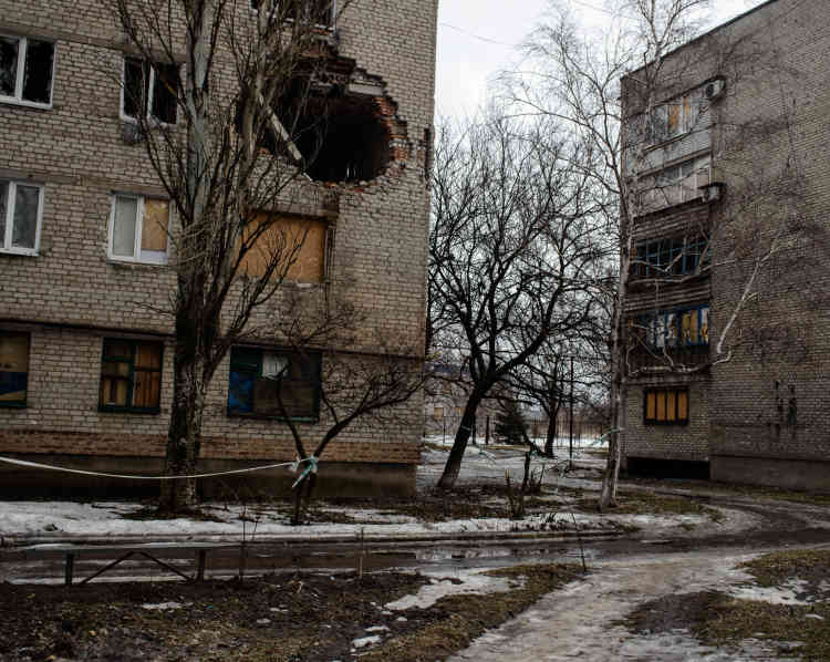Un immeuble touché lors de bombardements dans le quartier de Khimk, en périphérie de la ville.