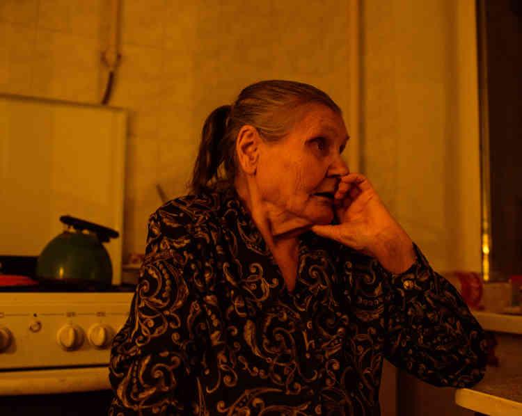 Liza, 87ans, ne veut pas quitter son logement:«Quand les bombardements sont trop forts, je me cache dans ma salle de bain, et j'y invite mes voisines, mais ce n'est pas à nous de partir d'ici.»