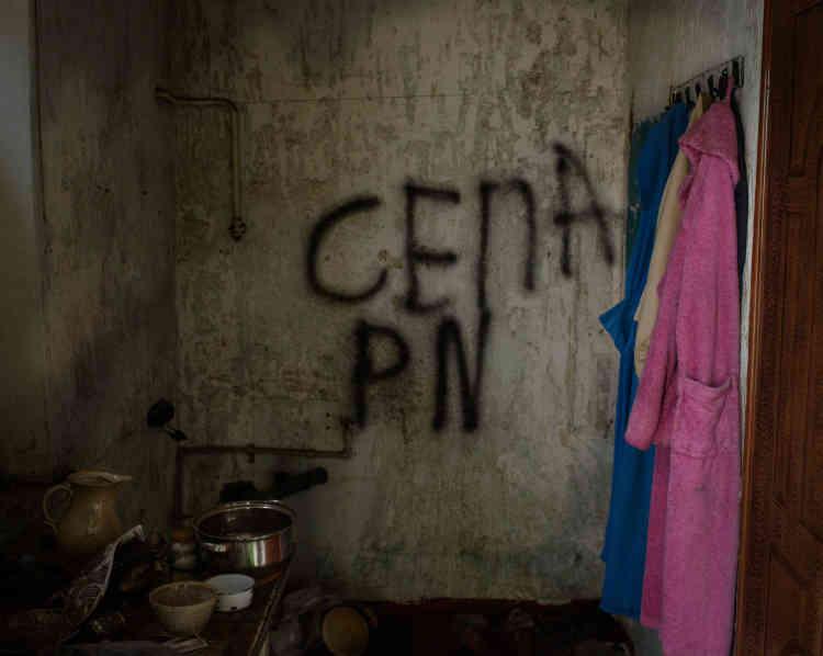 Une maison abandonnée et pillée dans le village de Vodyane, au sud-ouest d'Avdiivka. Sur le mur, l'inscription «séparatiste».