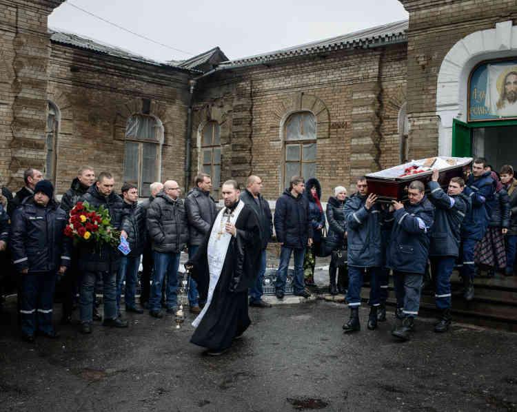 Enterrement du fonctionnaire du ministère des affaires d'urgences, Dimitri Tritiekin, blessé le 2février lors d'un bombardement, à côté de l'école numéro2.
