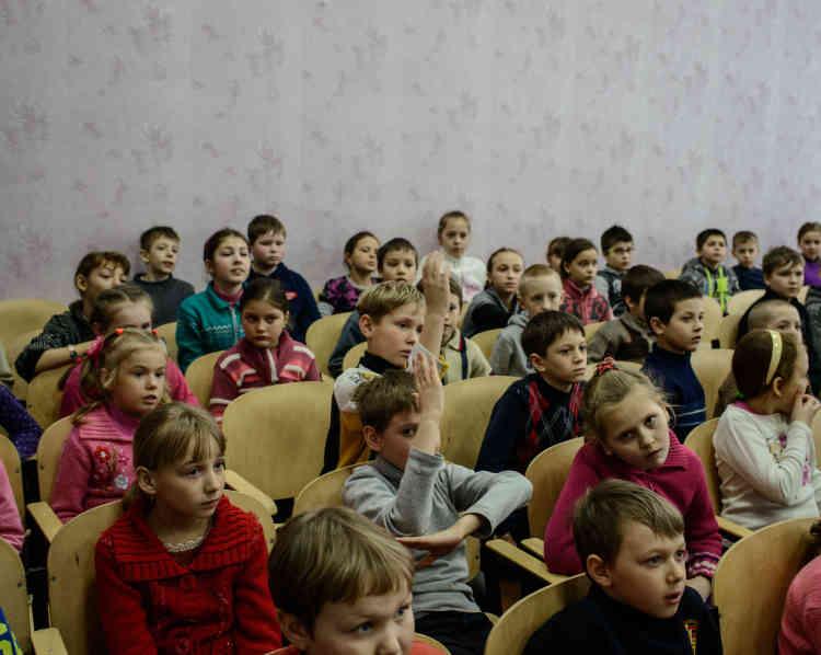 Des enfants de l'école numéro1, dans la vieille ville, suivent une formation de la Croix-Rouge. On leur enseigne les dangers relatifs aux engins explosifs.