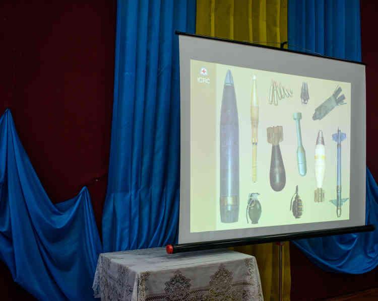 Formation de la Croix-Rouge internationale auprès des enfants sur les dangers des mines, obus et grenades.