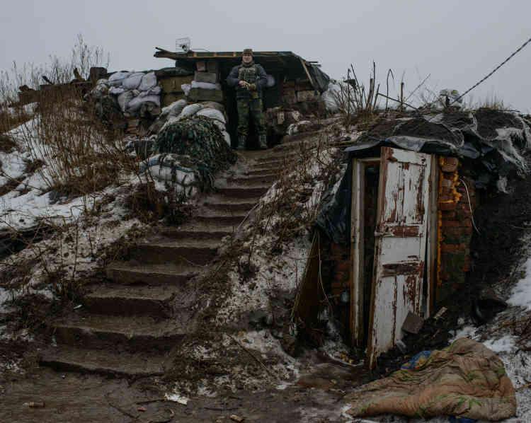 Le caporal Nicolaï Kornienko, 44ans, militaire de carrière de l'armée ukrainienne, devant son poste d'observation en première ligne de front sur la base Zenit.