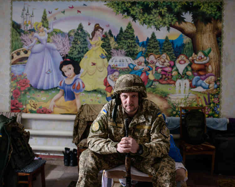 Volodymyr, 38ans, est officier de presse de l'armée ukrainienne. Le dortoir du bureau de presse a été installé dans une ancienne crèche de la ville.