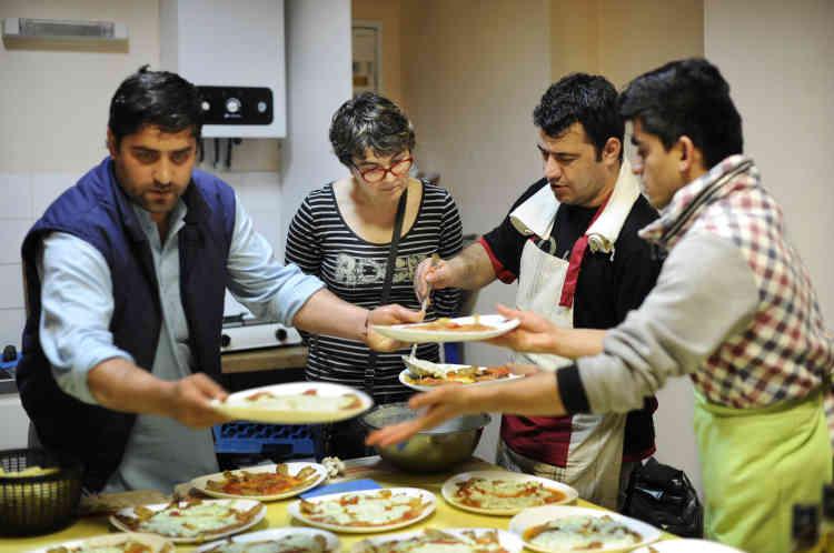 Hanouar sert les assiettes aidé de Fazoulak (à droite) et Walasdeen (à gauche).Touche finale et préparation des assiettes sous l'œil attentif de Corinne.
