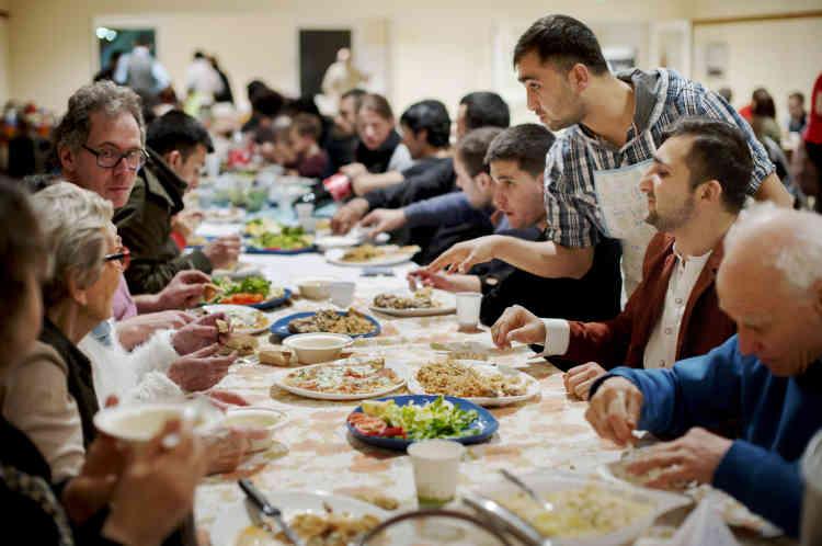 Parmi les convives, beaucoup d'habitants de Serquigny et des alentours. Il y a, pêle-mêle, un retraité britannique, des professeurs qui participent aux cours d'alphabétisation du collectif, le directeur de l'école de Fontaine-l'Abbé et sa famille, des voisins des Afghans – accueillis dans des logements sociaux –, un responsable immobilier qui va former les nouveaux venus à la maçonnerie…